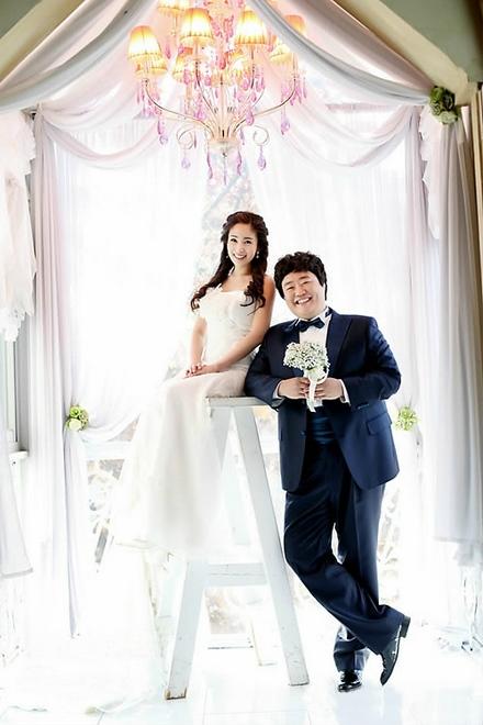 带有甜蜜色彩的婚纱照,洁白的婚纱,加上新娘可爱俏皮的笑容,充满了