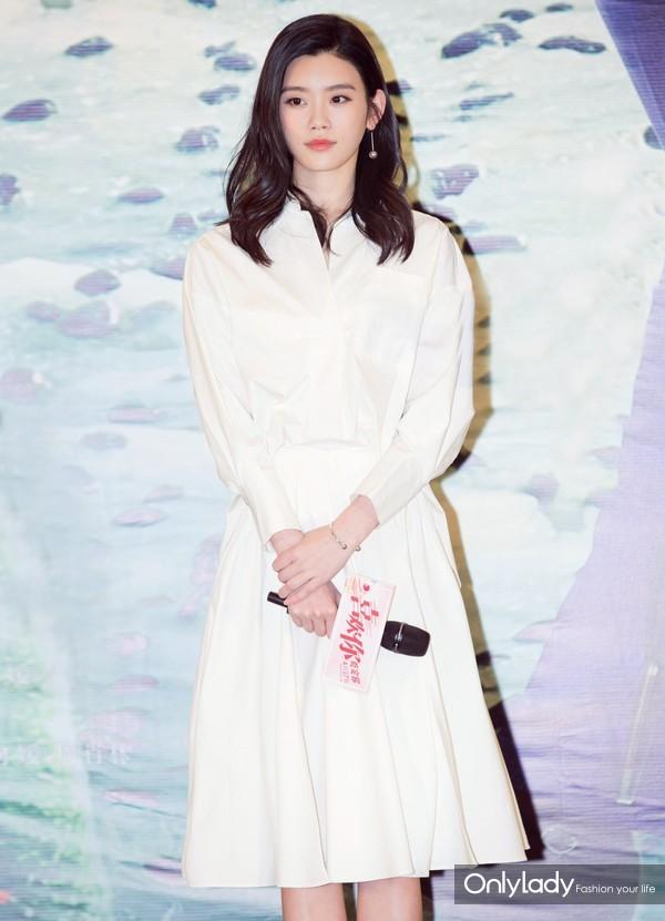 2017年4月24日,奚梦瑶身着 Blumarine 2017 年春夏系列白色衬衫裙装亮相其新电影《喜欢你》的首映式。