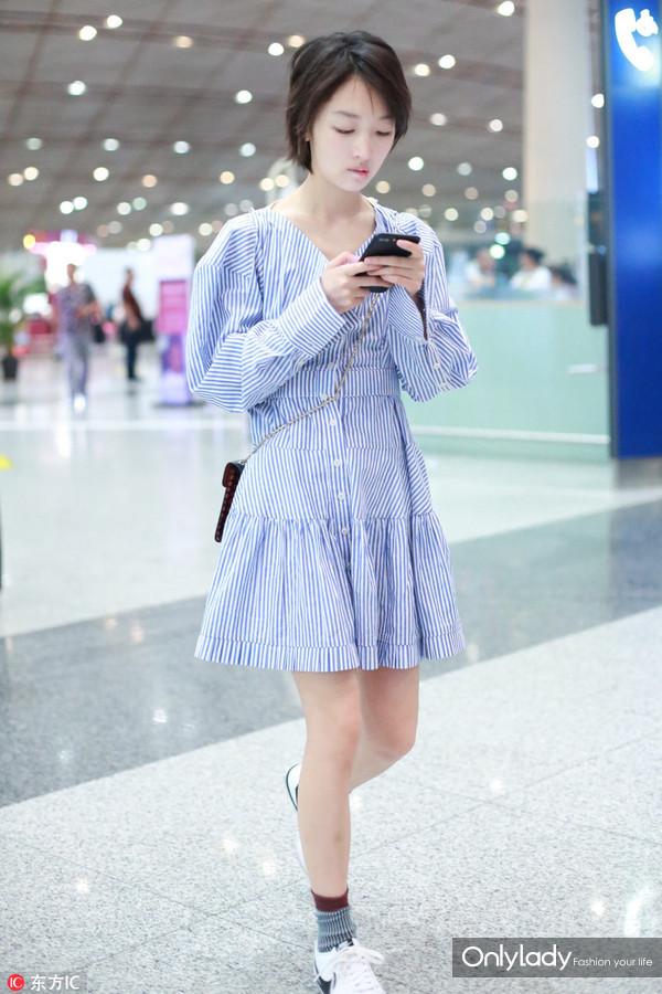 2017年6月30日,北京,周冬雨现身机场。