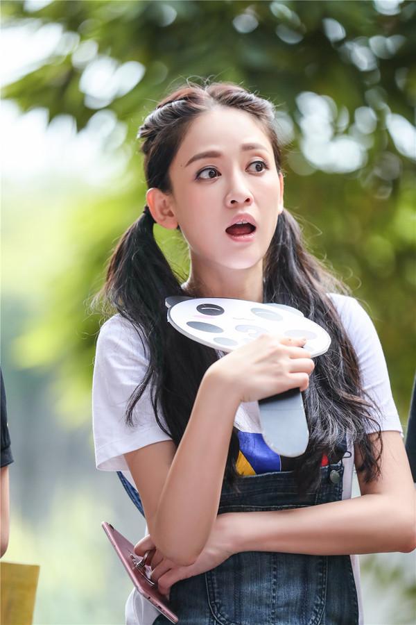 2016年8月23日,湖南卫视《我们来了》拍摄现场花絮照。陈乔恩