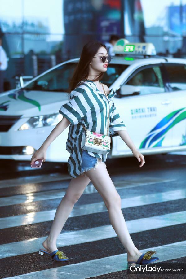 #林允# 近日现身机场,条纹衬衫:Edition10 2017夏季系列,单肩包&拖鞋:Gucci。