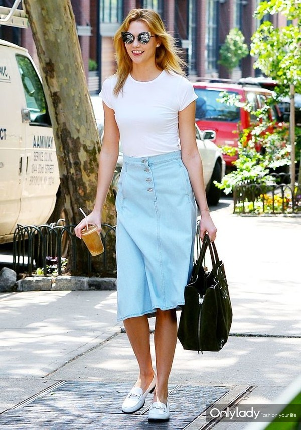karlie-kloss-found-a-new-way-to-style-a-denim-skirt-1781038-1464121656.640x0c