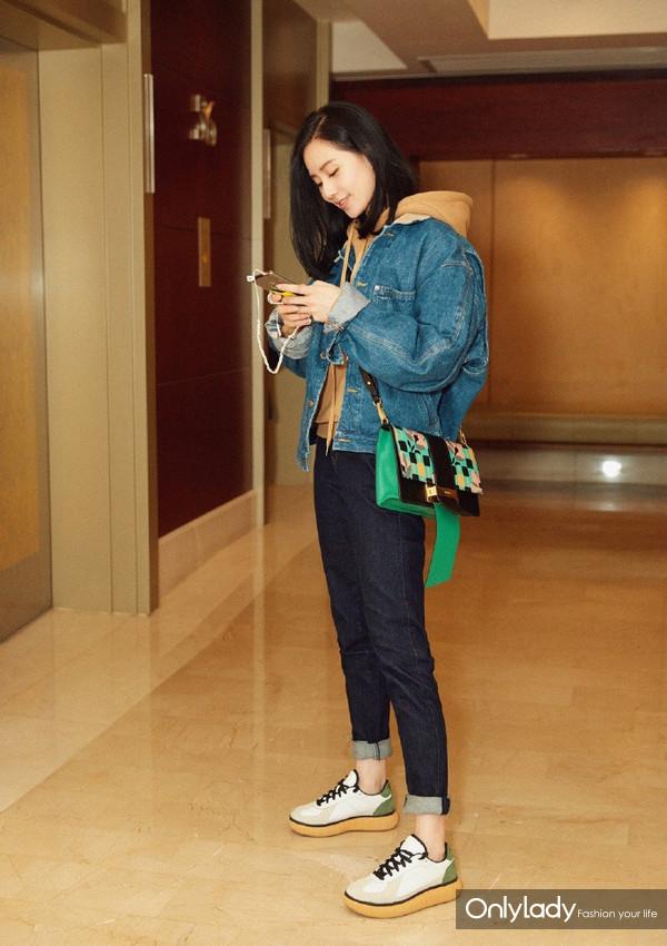 #刘诗诗# 小姐姐前两天在北京的私服,牛仔夹克:Vintage Ralph Lauren,卫衣:DO NOT TAG,单肩包:Prada,牛仔裤:J Brand,鞋子:Onitsuka Tiger,非常舒服的搭配,真好看~