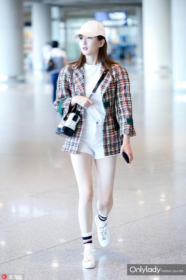 6月1日,#江疏影# 现身上海机场,外套:Chanel 2017春夏,袜子:Vetements,小白鞋:Michael Kors,棒球帽:DO NOT TAG,单肩包:Chanel Gabrielle。