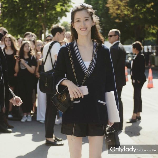 #章泽天#  有一种美好不期而遇,继昨日出镜巴黎高定周。今天Chanel haute couture show又巧遇颜值与才华并重的奶茶妹妹与Devil Beauty 2017秋冬系列。Girls should live wonderful![彩虹]@章泽天Fans团