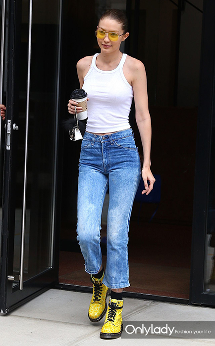 gigi-hadid-in-acid-wash-jeans-and-a-simple-ribbed-camisole-manhattan-06-26-2017-1