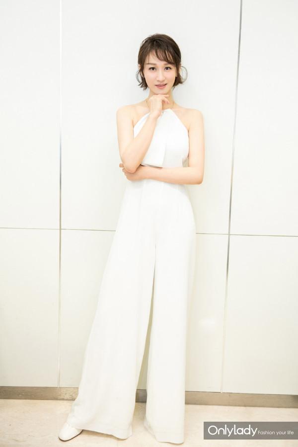 @练练 将于本周亮相《跨界歌王》,路透照中练练一身白色连体裤妆扮清爽干净,easy chic不简单!期待练练的表现~连体裤:Keepsake,鞋子:Céline,饰品:APM Monaco。