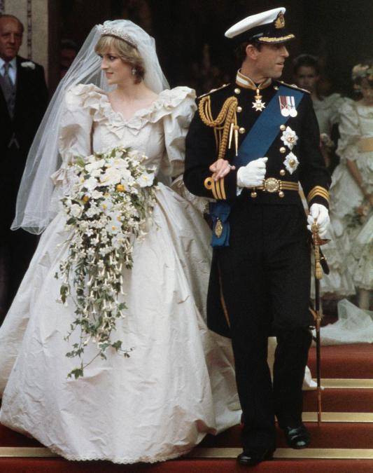 被誉为世纪婚礼中的戴安娜王妃,一头短发也将婚纱演绎得别有风味图片