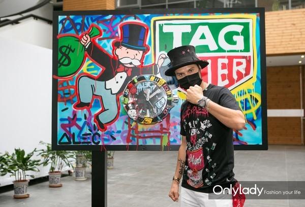 8.泰格豪雅先锋艺术家Alec Monopoly在清华美院进行涂鸦创作