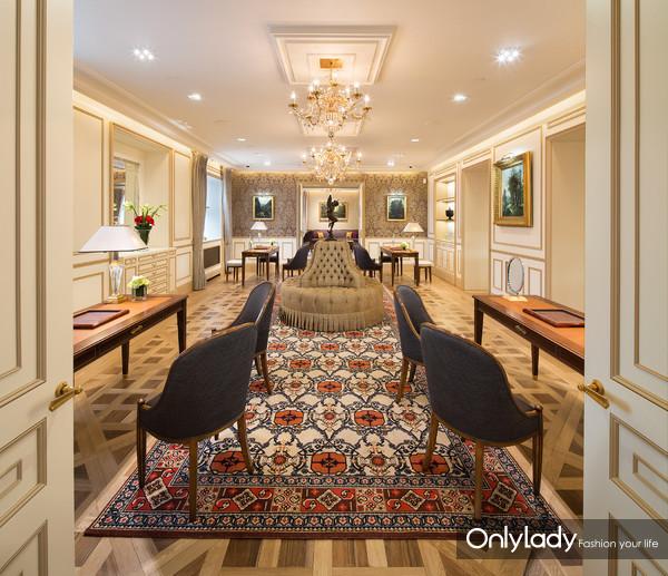 17 - 销售厅的四座咨询台分立于大厅四角,与百达翡丽日内瓦沙龙的布局别无二致。