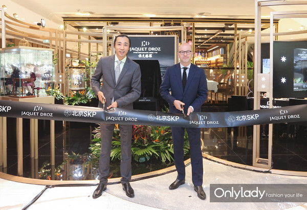 Christian Lattmann先生(右)和雅克德罗中国区副总裁陆兴卫先生(左)为本次展览揭幕剪彩