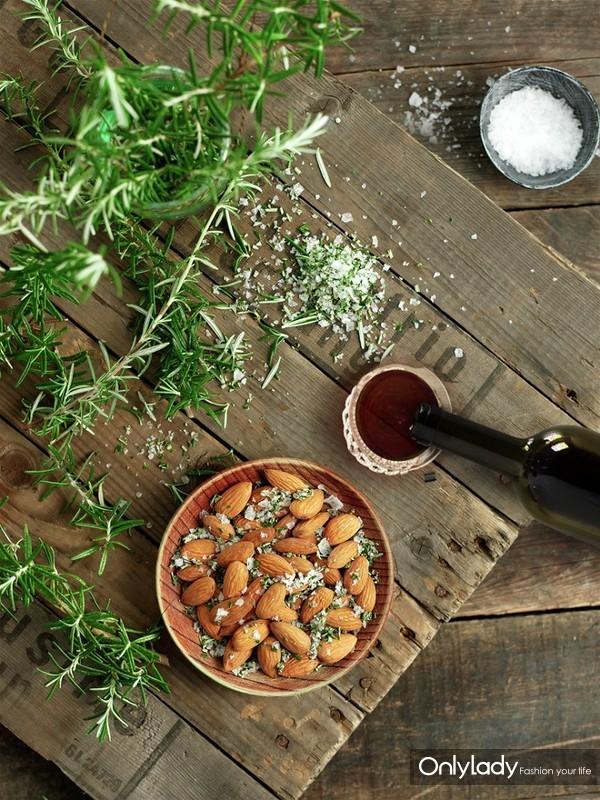 盐焗风味巴旦木搭配葡萄酒,尽享加州健康生活方式。