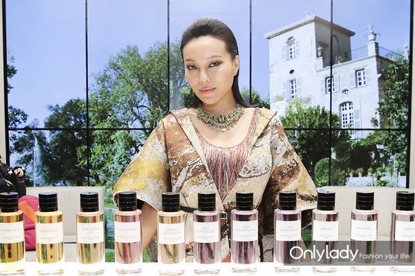 Dior迪奥香氛世家大使 知名珠宝设计师万宝宝于产品陈列区域