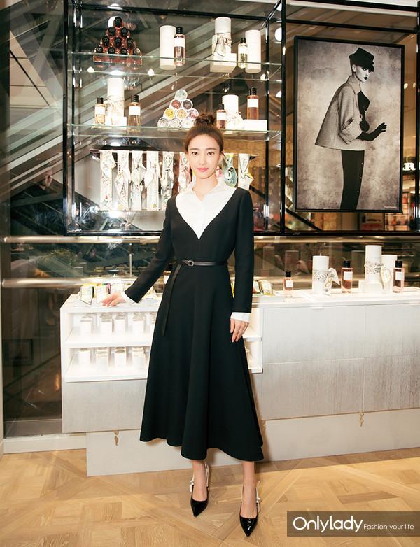 著名演员王丽坤于产品陈列区域