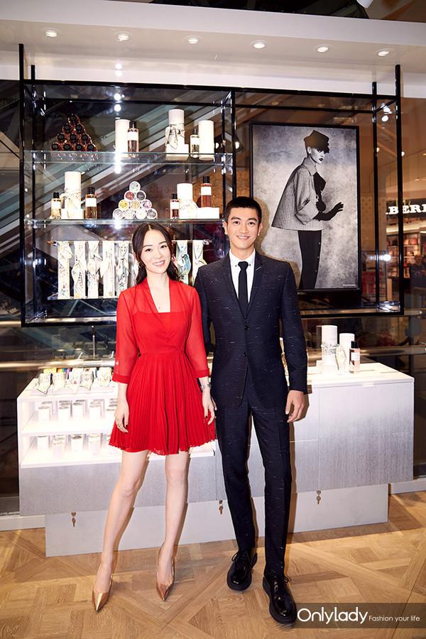 著名演员杜江和霍思燕夫妇于产品陈列区域