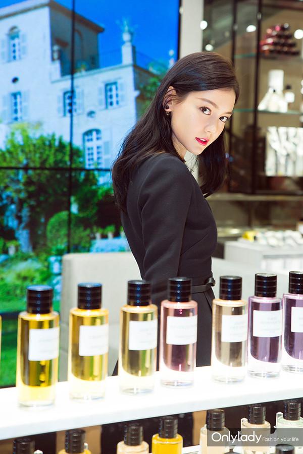 青年演员李诗颖于产品陈列区域