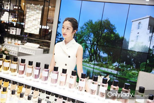 青年演员杨采钰于产品陈列区域