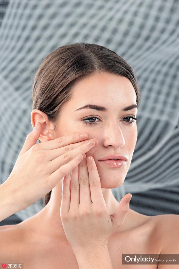 3、嘴唇两边的虎纹最好向上推,有减纹作用的同时,也可提升苹果肌。