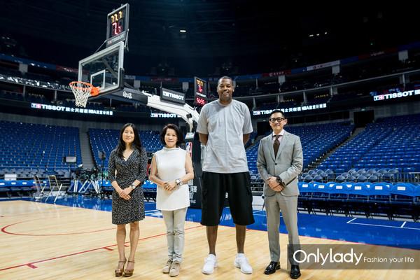 2:嘉宾于天梭表NBA综合计时系统旁合影