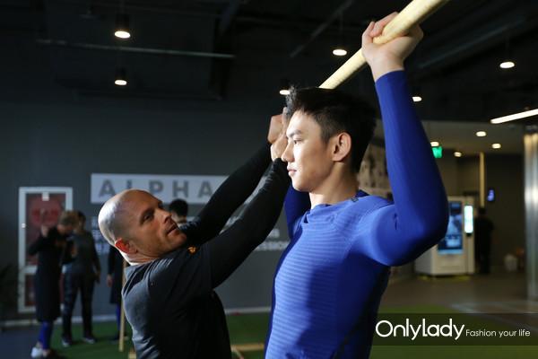 EXOS教练为泳坛名将、世界冠军宁泽涛进行运动前的评估筛查