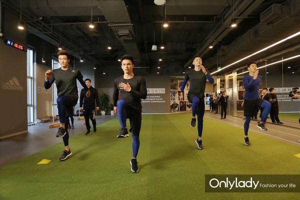 宁泽涛、钟齐鑫、李润铭、季道帅在EXOS教练的指导下进行直线加速练习
