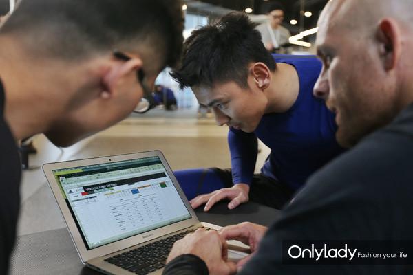 泳坛名将、世界冠军宁泽涛与EXOS教练通过数字分析,交流训练成果