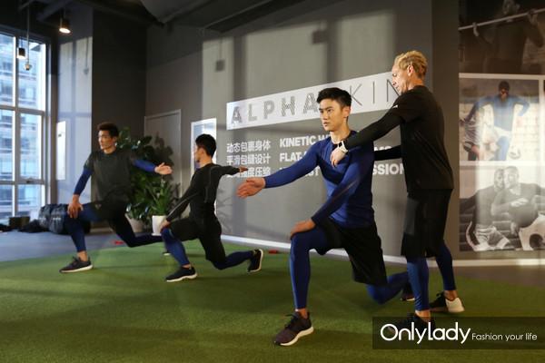 运动员宁泽涛、李润铭、季道帅在EXOS教练指导下做运动前的热身