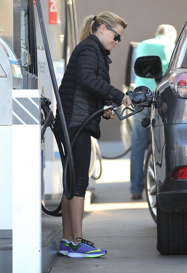 2015年01月04日讯,洛杉矶,当地时间01月03日早上,刚和家人从墨西哥度假归来的奥斯卡影后瑞茜·威瑟斯彭(Reese Witherspoon)到布伦特伍德小镇学普拉提。