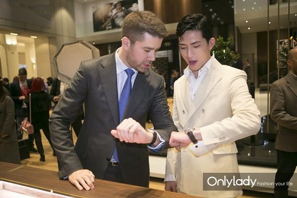 积家全球副总裁乐傅恒(Geoffroy Lefebvre)先生与井柏然(Jing Boran)一同参观积家展馆
