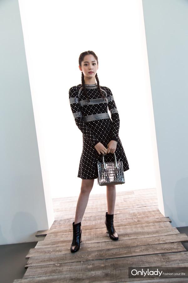 歐陽娜娜手持Mercer閃要銀小提包出席 MICHAEL KORS COLLECTION 2018春季系列時裝秀
