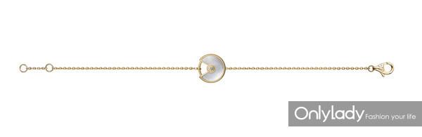 图11. Amulette de Cartier系列手链,18K黄金,钻石,白色珍珠母贝