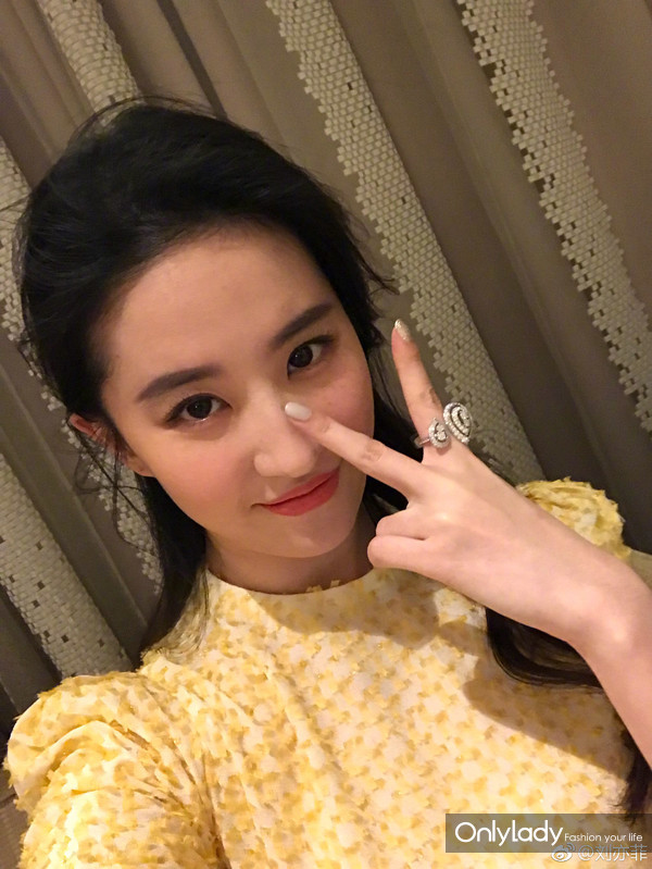 刘亦菲以CHAUMET珠宝点缀曳地长裙,温婉曼妙中不失清新灵动-4