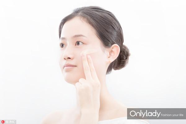 Step 2:妆前乳是护肤的最后一步,底妆的第一步。每次使用黄豆粒大小就可以,在脸上均匀涂抹开来,上粉底之前,要让妆前乳吸收的更完全。