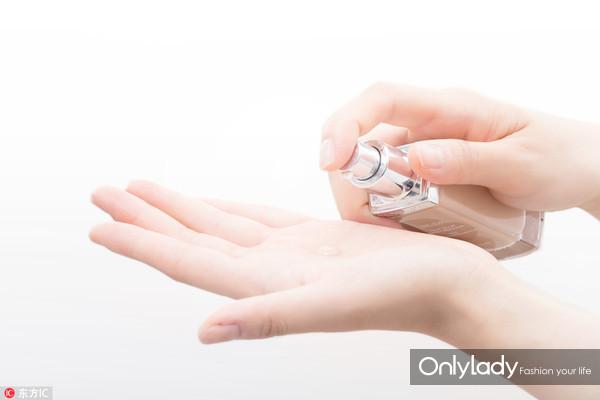 Step 3:将粉底液挤在手心,利用掌心的温度把粉底液加热,让其能够更好地贴合肌肤。
