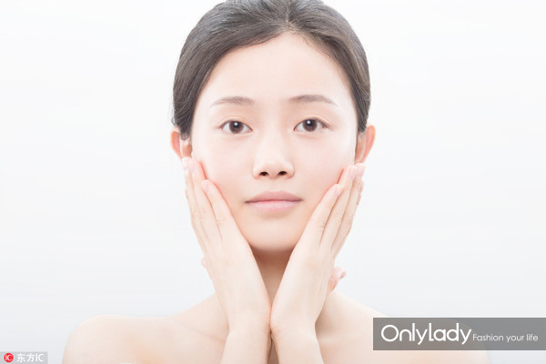 Step 4:双手按照由内而外的方向在全脸均匀推开。