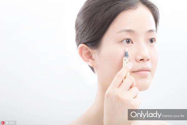 Step 5:用遮瑕笔点在眼下黑眼圈的位置,然后利用指腹将其推开至均匀,将边缘与皮肤晕染自然。