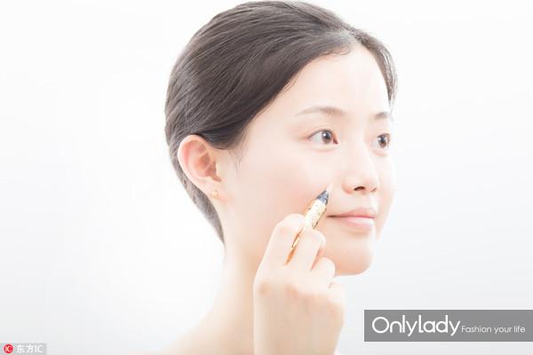 Step 6:在鼻翼两侧的法令纹化上两道遮瑕的痕迹,用笔刷把他们均匀的推抹开。