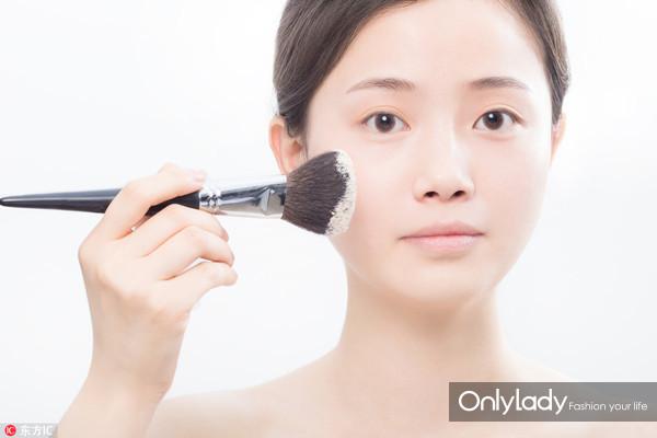 Step 7:涂抹散粉定妆令妆容更持久。用刷子沾取散粉,薄薄的在脸上刷一层,记住在上脸前,要先抖掉多余散粉哦!