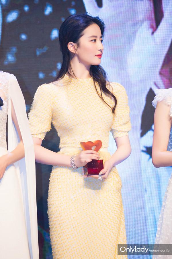 刘亦菲以CHAUMET珠宝点缀曳地长裙,温婉曼妙中不失清新灵动-8