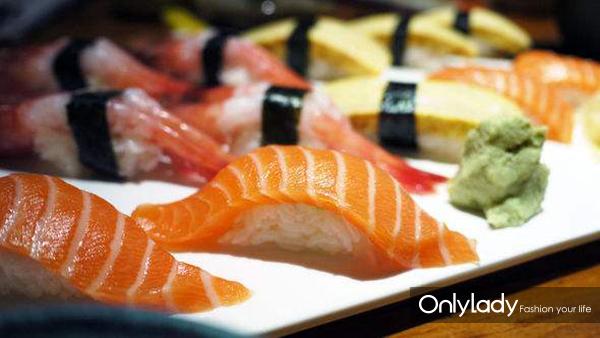 日式寿司与三文鱼刺身
