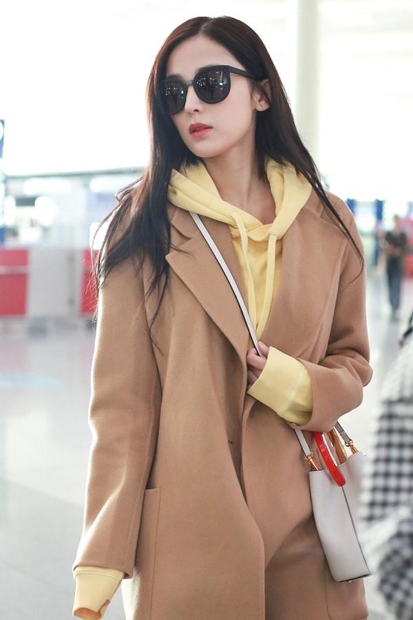 2017年11月16日,北京,古力娜扎现身机场。