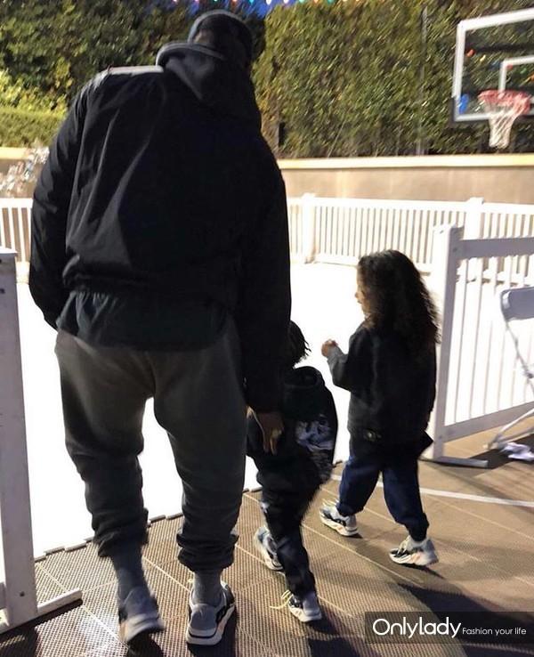 Kanye West与女儿、儿子同穿YEEZY BOOST 700