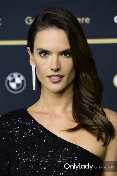Alessandra+Ambrosio+Long+Hairstyles+Side+Sweep+gIGJZB1kaJKl
