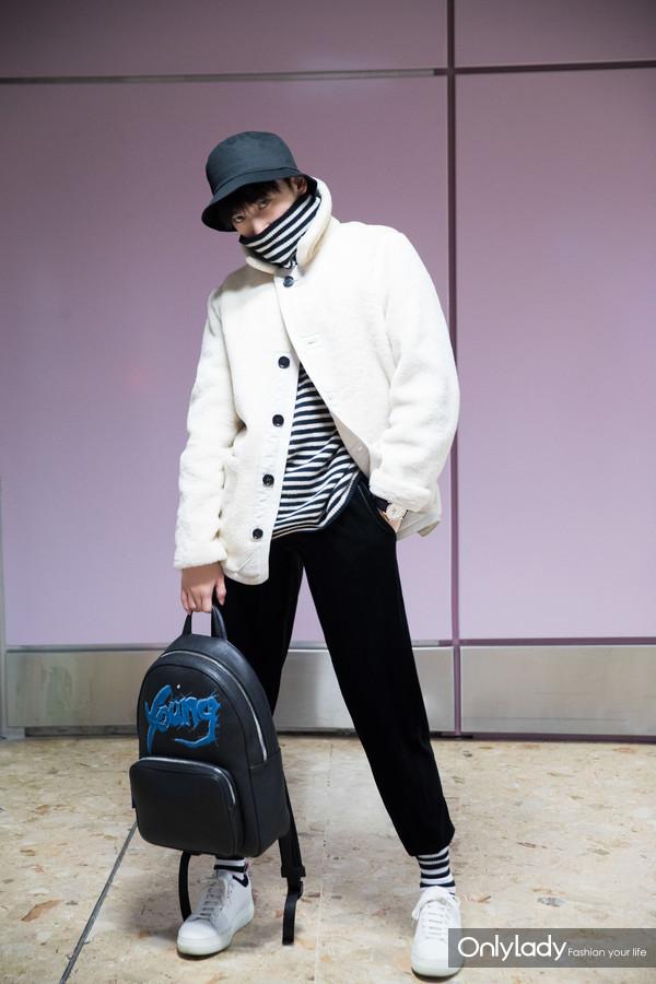 青年演员杨洋身背万宝龙X杨洋特别限量款双肩包现身日内瓦机场1
