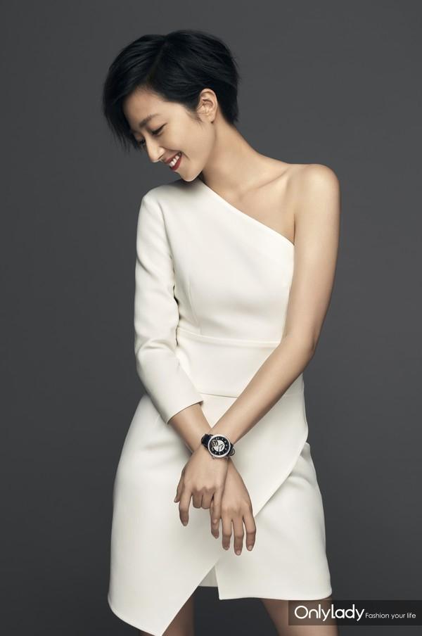 万宝龙品牌大使桂纶镁佩戴万宝龙宝曦系列外置框架陀飞轮超薄腕表