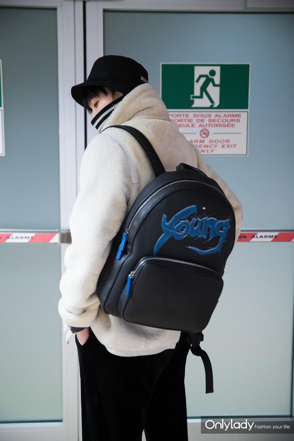 青年演员杨洋身背万宝龙X杨洋特别限量款双肩包现身日内瓦机场4