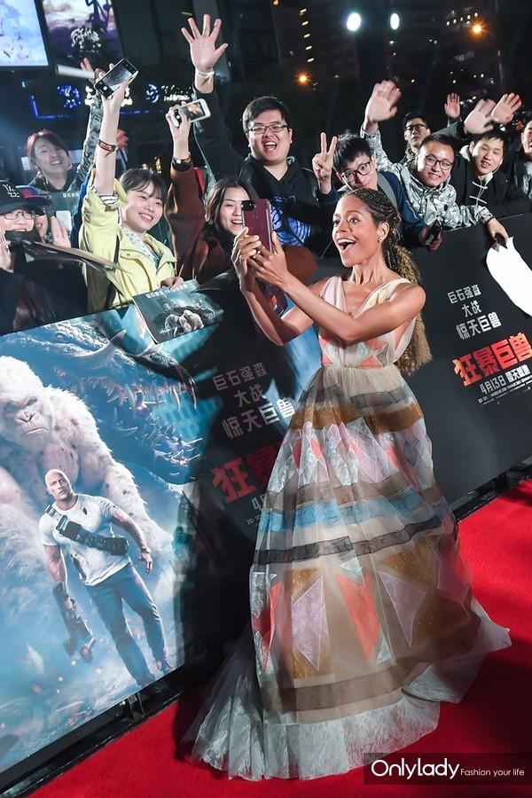 娜奥米红毯与热情粉丝自拍