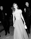 Dior中国区品牌大使Angelababy现身高订大秀金色露肩长裙优雅梦幻