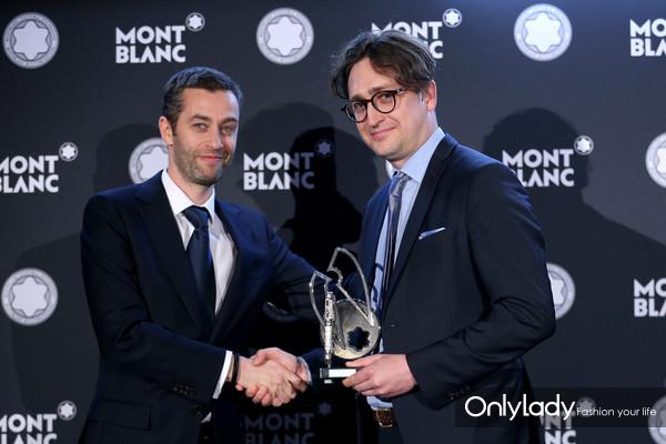 万宝龙市场部执行副总裁Vincent Montalescot, 为Jürgen Wesseler之子Moritz Wesseler颁发天使翼奖杯