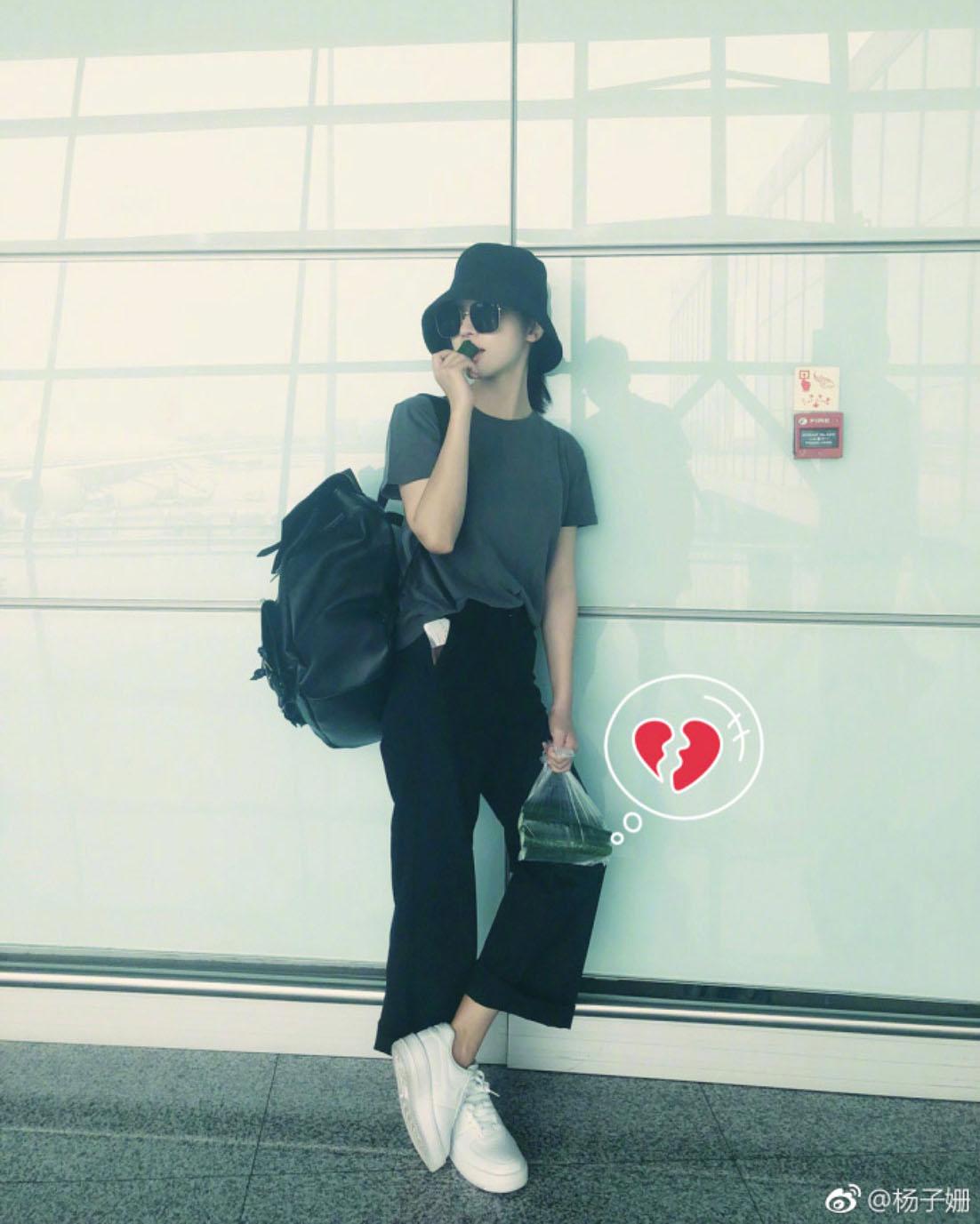 杨子姗拎一袋黄瓜现身机场 粉丝:很瘦别减了